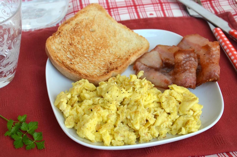 Uova strapazzate ricetta uova strapazzate di misya for Ricette veloci secondi piatti