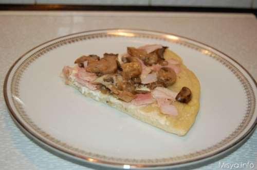Ricette Pizze bianche Pizza bianca prosciutto e funghi