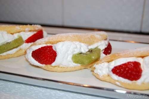 ricette Mezzelune soffici con panna e frutta