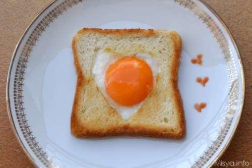Uova occhio di bue a cuore