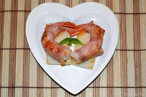ricette Canape' con gamberi avvolti in pancetta