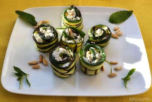 Ricette Finger food Rotolini di zucchine con formaggio e pinoli