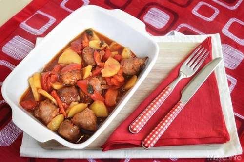 Salsicce con peperoni e patate