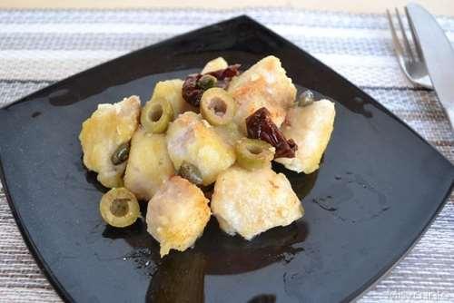 Secondi piatti ricette Bocconcini di pesce persico con olive e capperi
