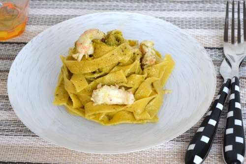 Tagliatelle con scampi e pesto di pistacchi