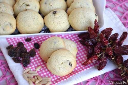 Ricette Biscotti Biscotti con pinoli uvetta e peperoncino