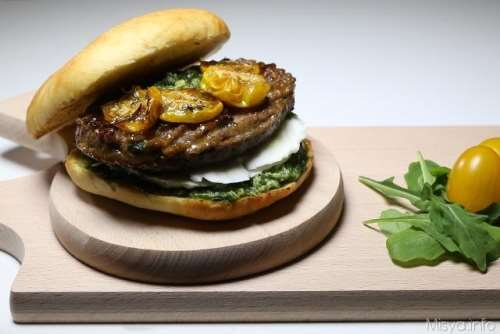 Panino con hamburger e pomodorini gialli