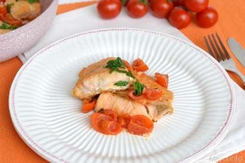 Salmone in padella con pomodorini