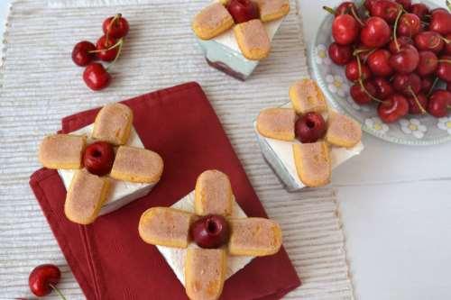 Dolci ricette Bicchierini con ciliegie e mousse allo yogurt