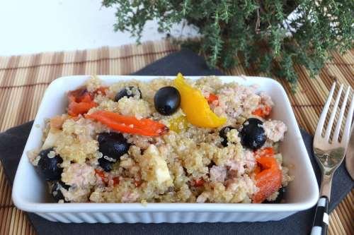 Insalate ricette Insalata di quinoa con peperoni e tonno