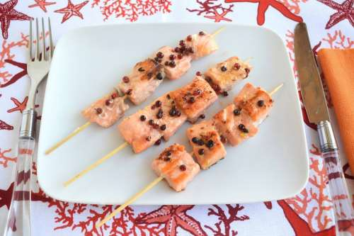 Pesce ricette Spiedini di salmone al pepe rosa