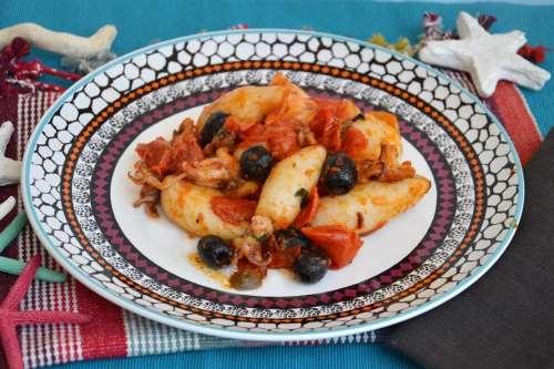Calamari con pomodorini e olive