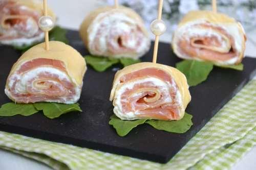 Antipasti sfiziosi ricette Rotolini di crepes con ricotta e salmone
