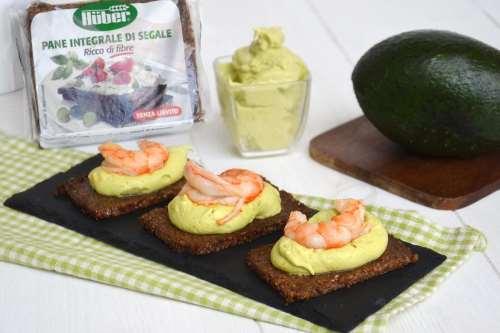 Finger food ricette Crostini con crema di avocado e gamberi