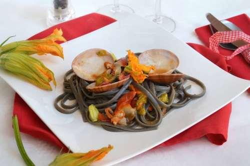 Pesce ricette Spaghetti con fasolari e fiori di zucca