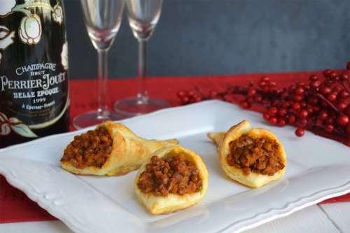 Ricette Antipasti di Natale Cornucopie di sfoglia con lenticchie