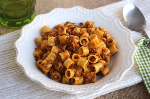 Primi vegetariani ricette Pasta con ragù di lenticchie