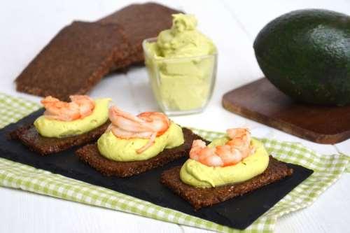 Ricette  Crostini con crema di avocado e gamberi