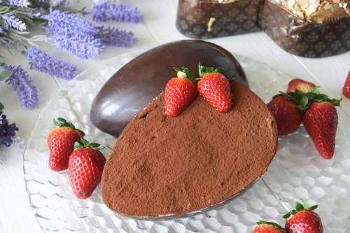 Ricette Dolci al cucchiaio Uovo di cioccolato farcito di tiramisù