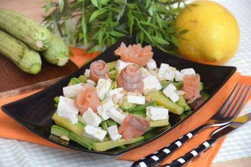 Contorni ricette Insalata di salmone e zucchine